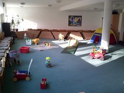 Der Raum mit verteiltem Spielzeug, aber noch ohne Kinder