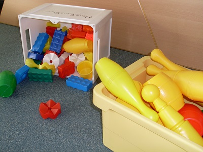 Verschiedene Kisten mit Spielzeug